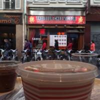 En premier plan, on voit mon déjeuner derrière la vitrine du restaurant et en arrière plan la facade du Traiteur Victor