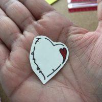 Tatouage temporaire de coeur prêt à être posé dans une main